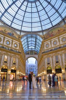 Sposi all'interno della galleria Vittorio Emanuele a Milano, fotografo matrimonio Novara,