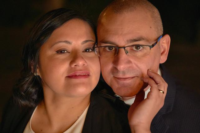 Primo piano degli sposi guancia a guancia, notte, fotografo matrimonio Novara,