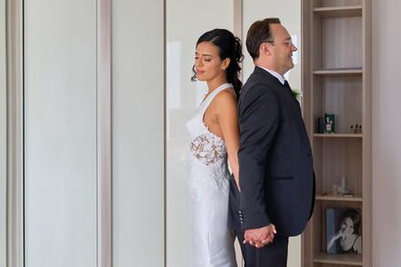 sposi di spalle, preparativi matrimonio, fotografo matrimonio Novara,