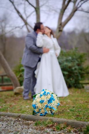 bouquet in primo piano, sposi sullo sfondo sfocati, fotografo matrimonio Novara,