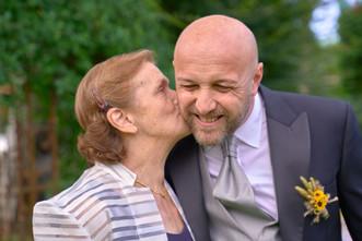 mamma che bacia lo sposo,