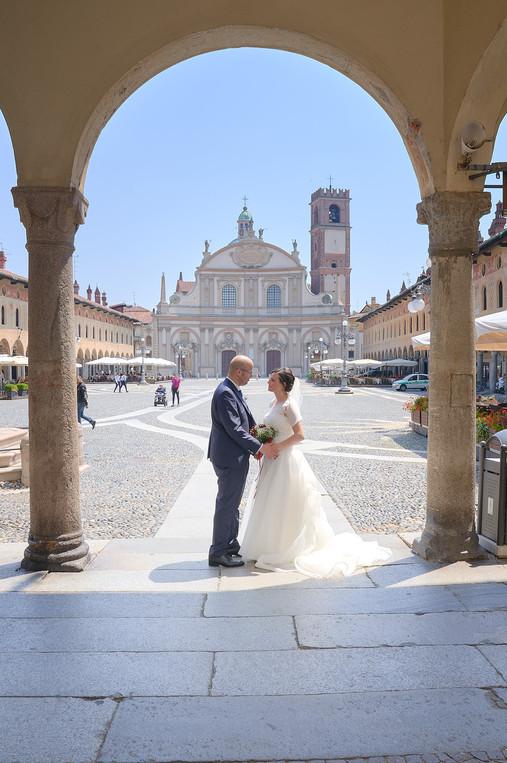 Figura intera sposi sotto i portici in piazza ducale a Vigevano