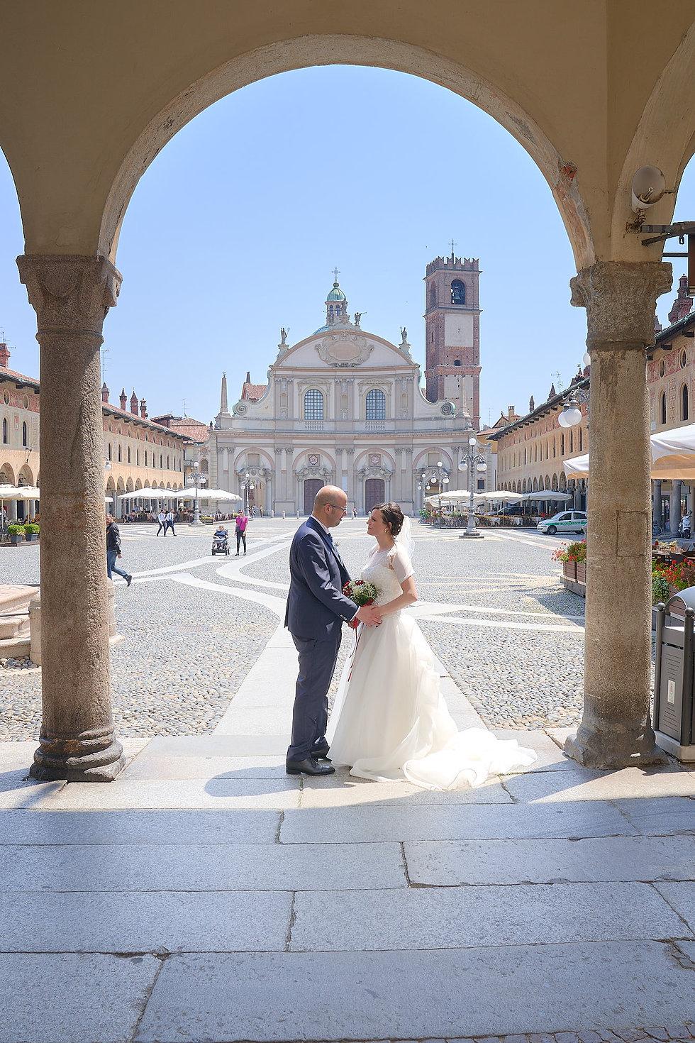 sposi sotto arco portici piazza ducale Vigevano, fotografo matrimonio Novara