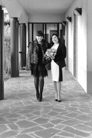 Sposa e figlia, figura intera, bianco e nero, fotografo matrimonio Novara,