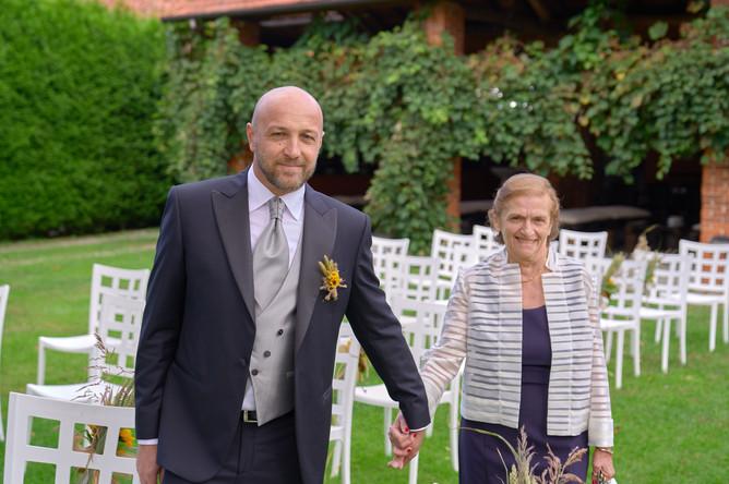 sposo e mamma per mano, fotografo matrimonio Novara