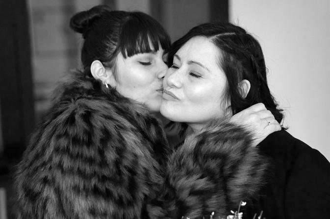 Bacio affettuoso alla sposa, foto in bianco e nero,