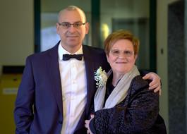 Sposo abbracciato alla mamma, mezzobusto, fotografo matrimonio Novara,