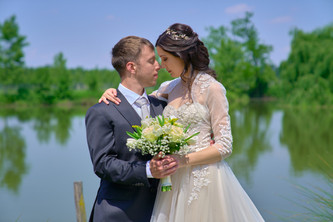 sposi vicini, laghetto cascina Riazzolo, fotografo matrimonio Novara,