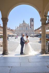 Sposi sotto l'arco dei portici in piazza ducale a Vigevano, fotografo matrimonio Novara