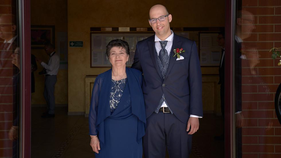 sposo e mamma, fotografo matrimonio Novara