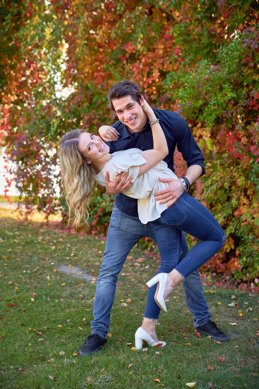 Fidanzati caschè su sfondo foglie colorate autunnali,  Studio Icona Wedding, fotografo di matrimonio a  Novara, eventi, cerimonie