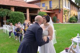 bacio dello sposo, al castello Sillavengo, fotografo matrimonio Novara,