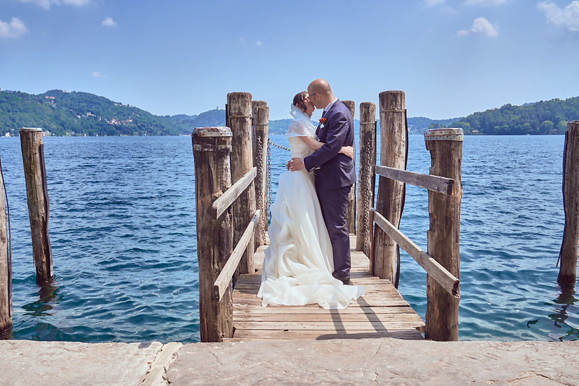 Sposi sul pontile al lago d'Orta matrimonio in provincia di Novara