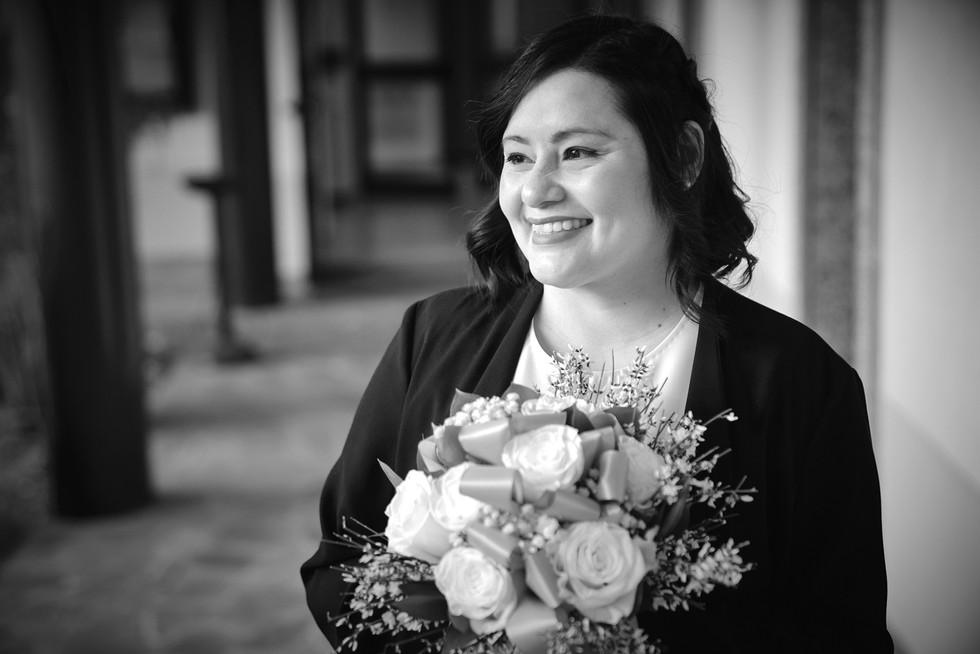 Mezzo busto della sposa con bouquet, foto in bianco e nero,