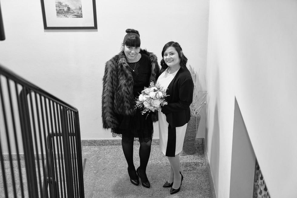 Sposa e figlia sulla scale figura intera, bianco e nero, fotografo matrimonio Novara,