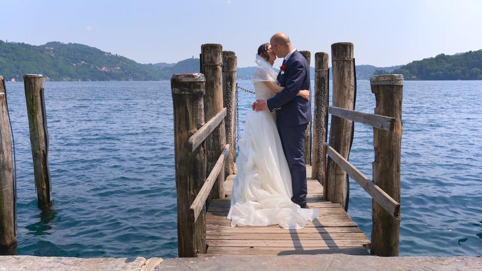 Fotografo matrimonio Novara Sposi abbracciati sul pontile