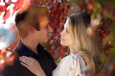 Fidanzati abbracciati tra le foglie colorate autunnali, servizio di fidanzamento, fotografo di matrimonio