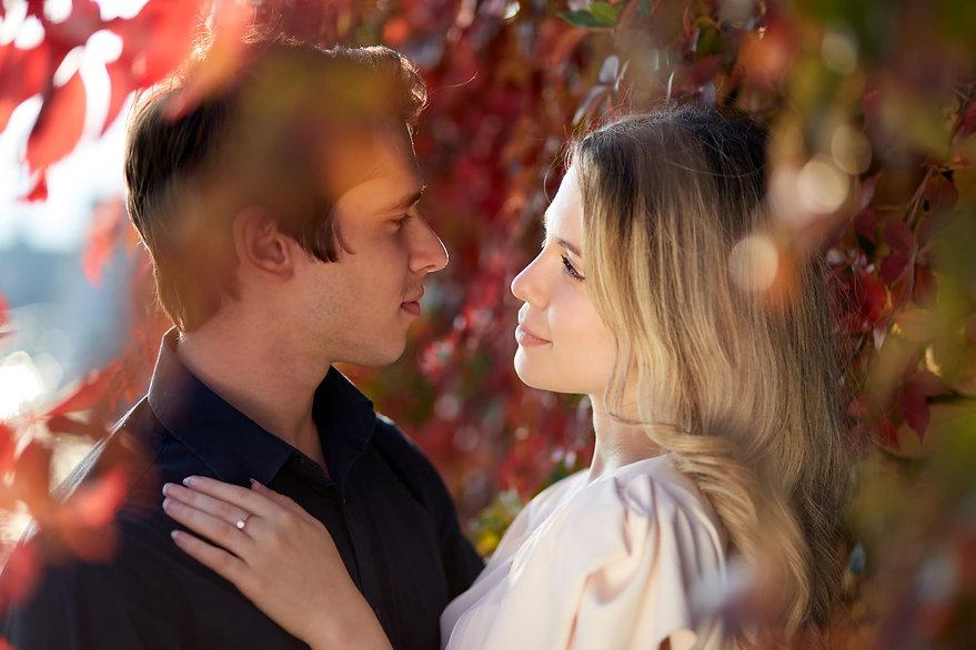 fidanzati abbracciati tra le foglie primo piano, fotografo Novara,