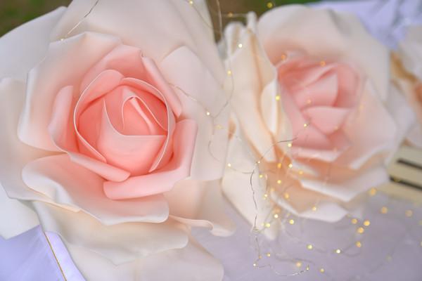 Rosa di tessuto e lucine, dettaglio allestimento battesimo, fotografo Novara