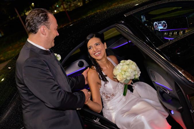 sposo aiuta la sposa a scendere dalla macchina, notte, fotografo matrimonio Novara,