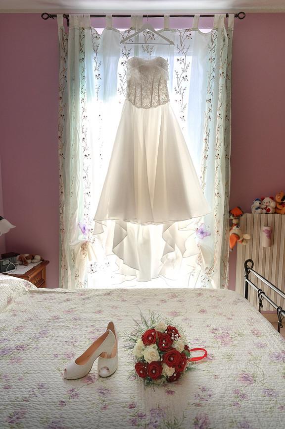Abito da sposa scarpe e bouquet