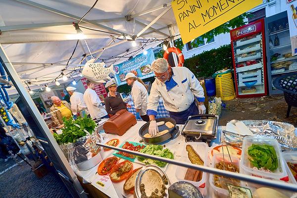 Preparazione dei panini allo street food fotografo eventi Novara
