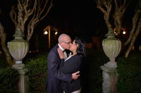 Bacio degli sposi di notte in giardino, fotografo matrimonio Novara,