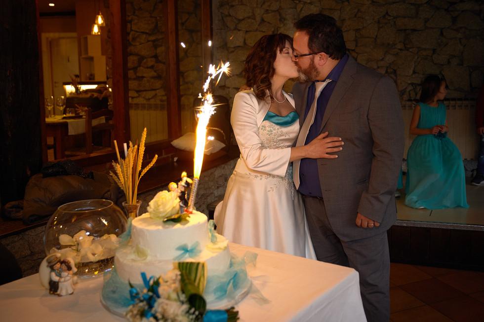 taglio della torta, fontana scintille, bacio sposi, fotografo matrimonio Novara