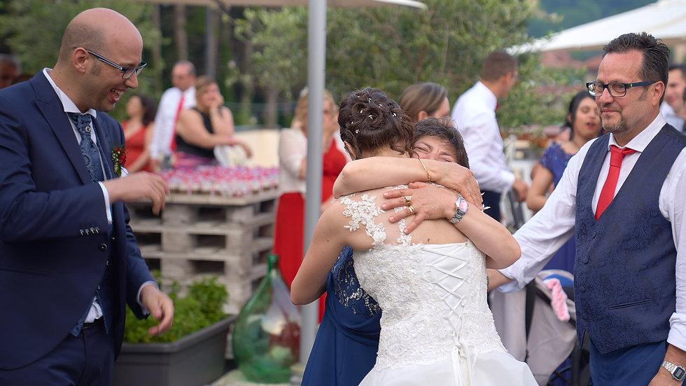 abbraccio alla sposa, genitori, fotografo matrimonio Novara