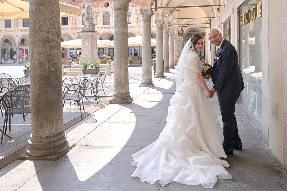 sposi sotto i portici in piazza Ducale a Vigevano, fotografo matrimonio Novara
