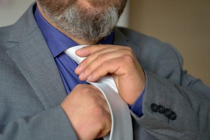 preparativi sposo, cravatta, fotografo matrimonio Novara,