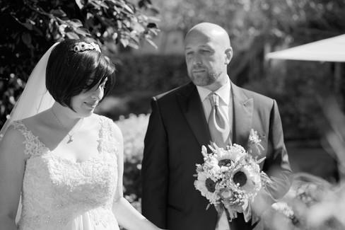 ritratto orizzontale in bainco e nero degli sposi, al castello Sillavengo, fotografo matrimonio Novara,