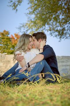 Fidanzati innamorati seduti sull'erba, servizio di fidanzamento, fotografo di matrimonio