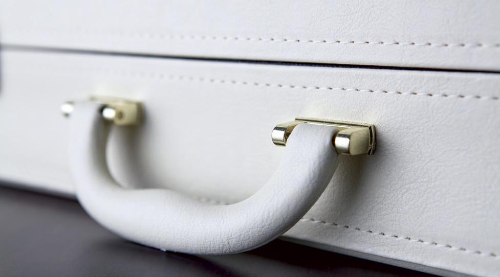 dettaglio-maniglia-valigetta-bianca.jpg