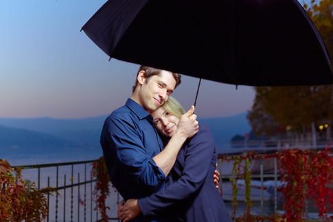 Abbraccio fidanzati di sera su foglie autunnali