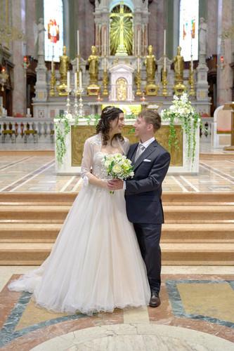 sposi, figura intera, basilica San Martino Magenta, fotografo matrimonio Novara,