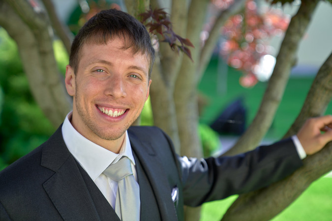 sposo sorridente, albero, fotografo matrimonio Novara,