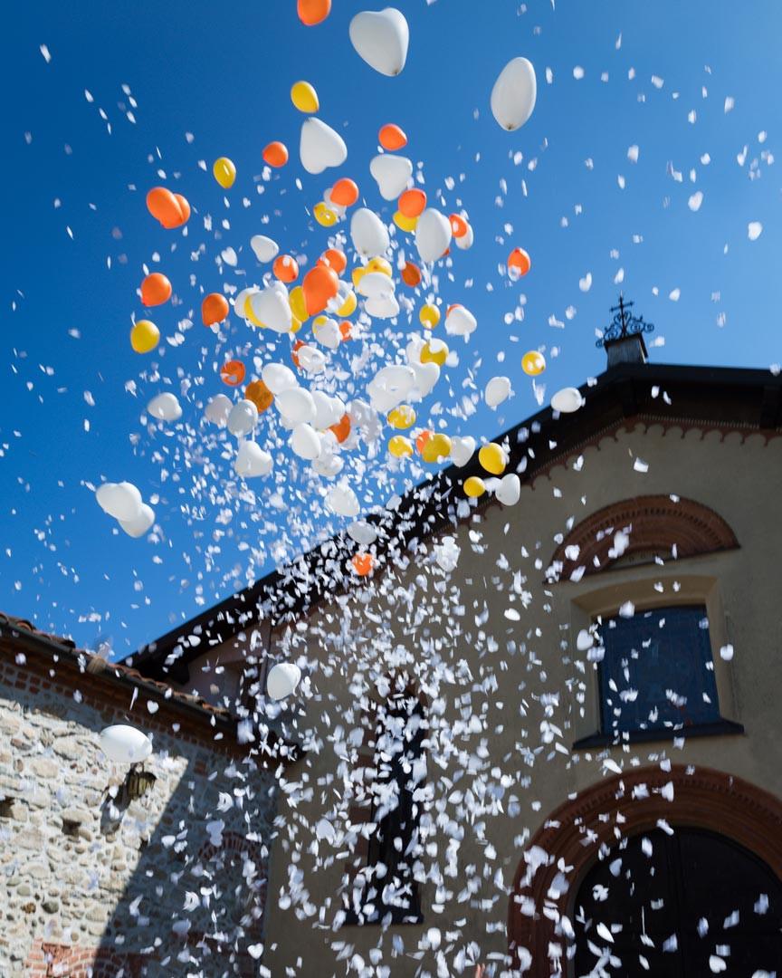 Palloncini e petali fuori dalla chiesa