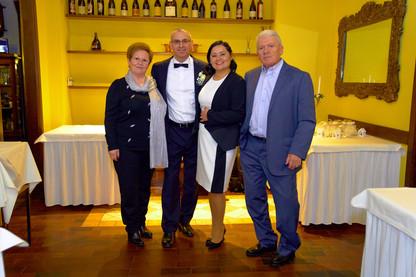 Sposi e coi genitori al ristorante, figura intera, fotografo matrimonio Novara,