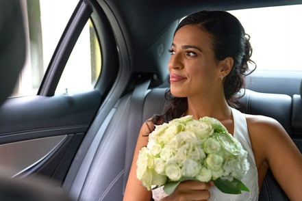 sposa in macchina con bouquet, fotografo matrimonio Novara,