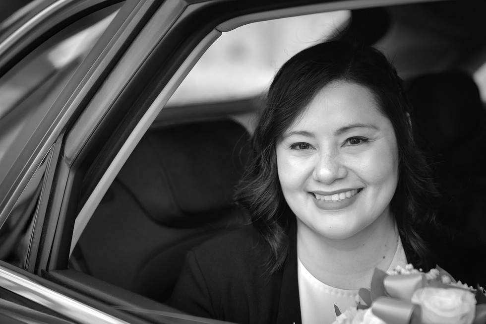 Sposa sorridente in macchina, bianco e nero, fotografo matrimonio Novara,