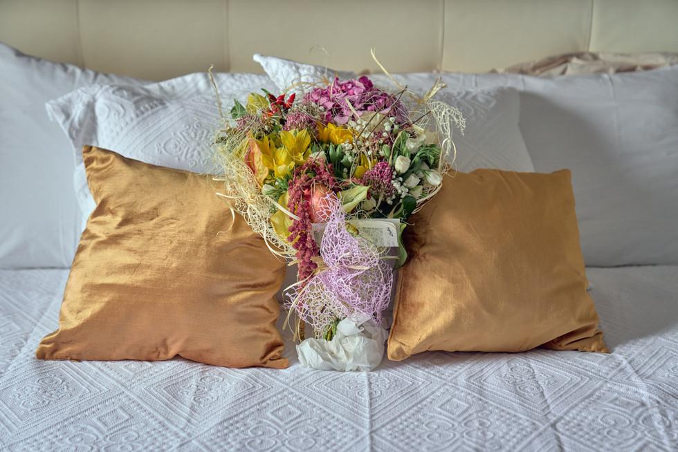 fiori sul letto della sposa, fotografo matrimonio Novara,