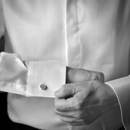Camicia bianca dello sposo con gemelli