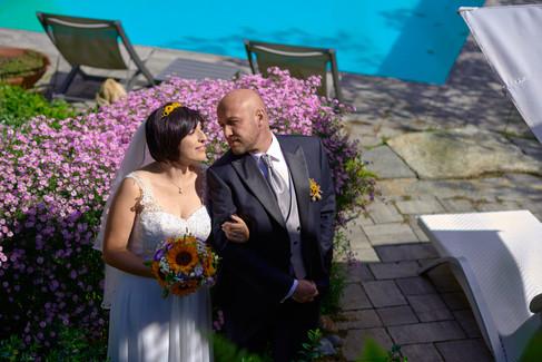 foto agli sposi vicino ai fiori e alla piscina, al castello Sillavengo, fotografo matrimonio Novara,