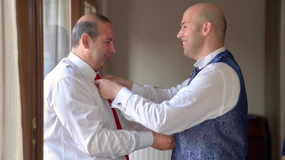 preparativi sposo e suo papà, fotografo matrimonio Novara