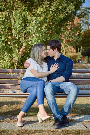 Fidanzati innamorati sulla panchina, servizio di fidanzamento, fotografo di matrimonio