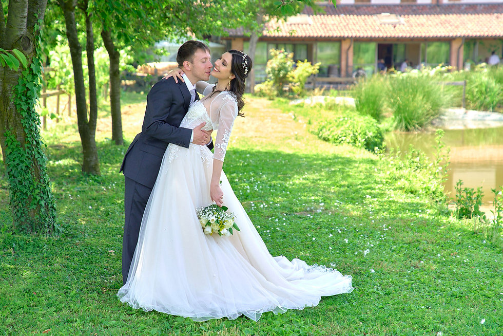 sposi-casquet-sposi-abbracciati-fotografo-matrimonio-Novara.jpg