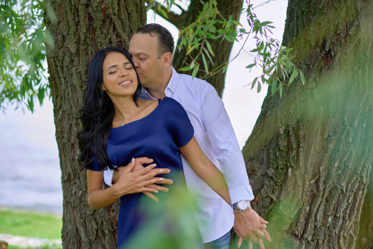 fidanzati abbraccciati vicino a pianta, servizio di fidanzamento, fotografo di matrimonio