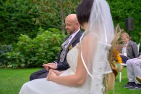 sposi seduti durante cerimonia, al castello Sillavengo, fotografo matrimonio Novara,