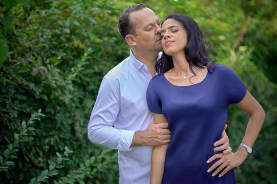 fidanzati in piedi abbraccio e bacio, servizio di fidanzamento, fotografo di matrimonio novara